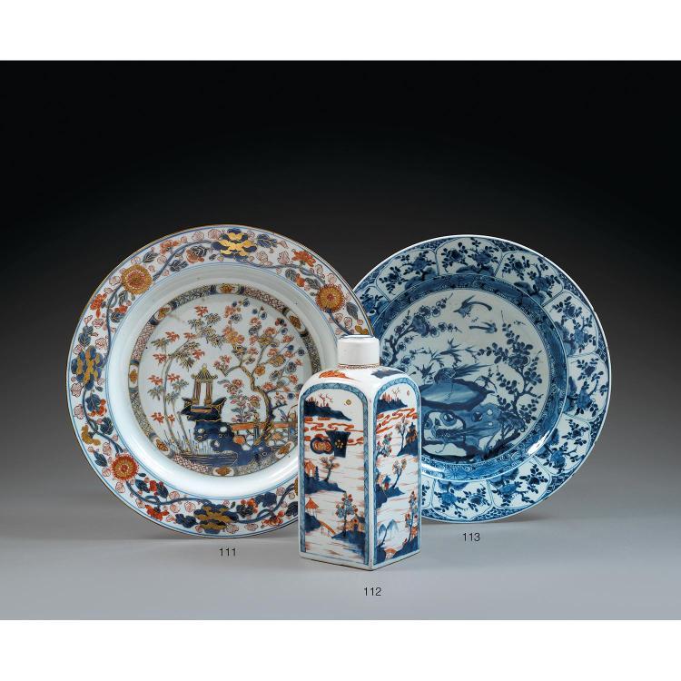 GRAND PLAT en porcelaine et bleu de cobalt sous couverte, monté sur un petit talon, le contour circulaire, à aile et marli, à décor,...
