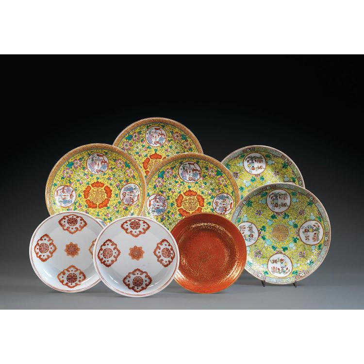 LOT DE HUIT PLATS comprenant cinq plats, une paire et trois d''un autre modèle, en porcelaine, émaux polychromes dans le style de la ...