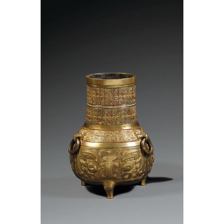 VASE TRIPODE EUROPÉEN DE STYLE HAN PAR SUSSE FRÈRES en bronze doré et rehauts de polychromie, à panse sphérique légèrement méplate, ...
