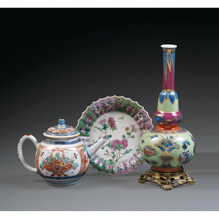SUITE DE TROIS OBJETS en porcelaine et émaux polychromes, l''un surdécoré en Europe, comprenant une théière couverte à décor Imari de...