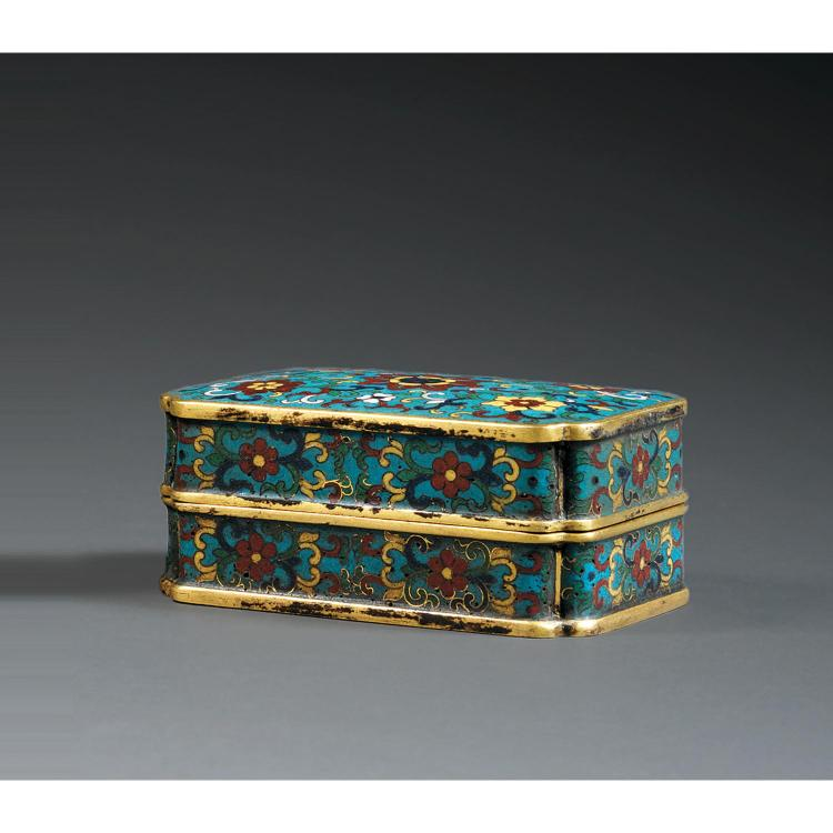 BOÎTE COUVERTE en bronze doré et émaux cloisonnés polychromes sur fond bleu, de forme rectangulaire, les coins échancrés, à décor de...