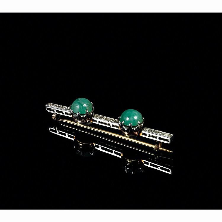 BROCHE BARRETTE en platine et or 18 carats, à deux cabochons de jadéite et ligne de petits diamants.