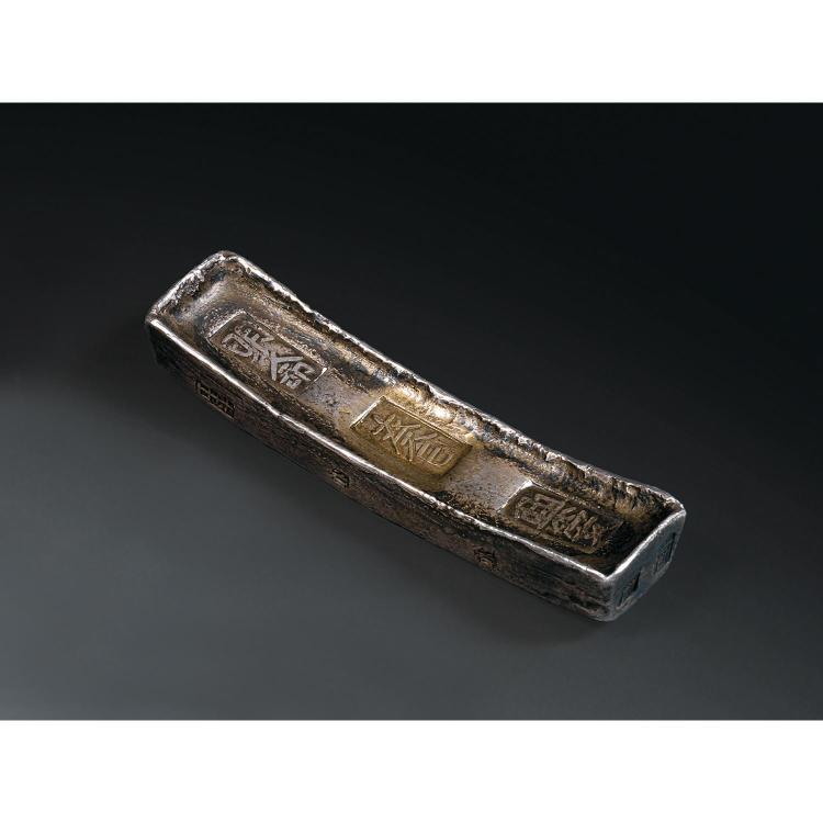 LINGOTIN en argent, de forme rectangulaire. Cachets insculpés au sommet et sur les côtés.