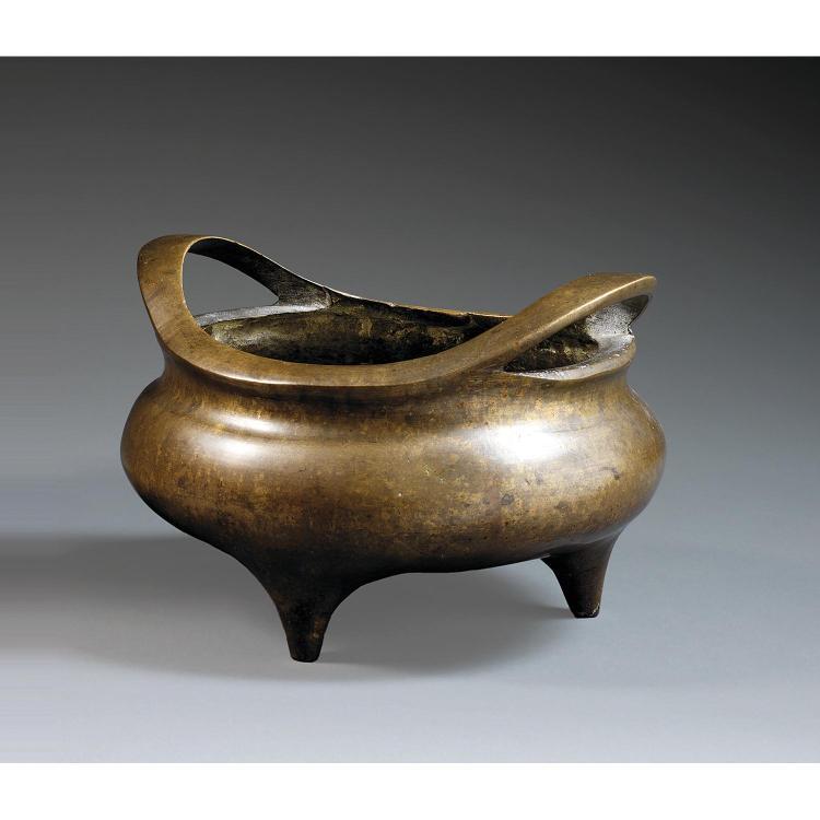 GRAND BRÛLE-PARFUM TRIPODE DING en bronze de belle patine mordorée, monté sur trois petits pieds, à panse sphérique méplate et anses...