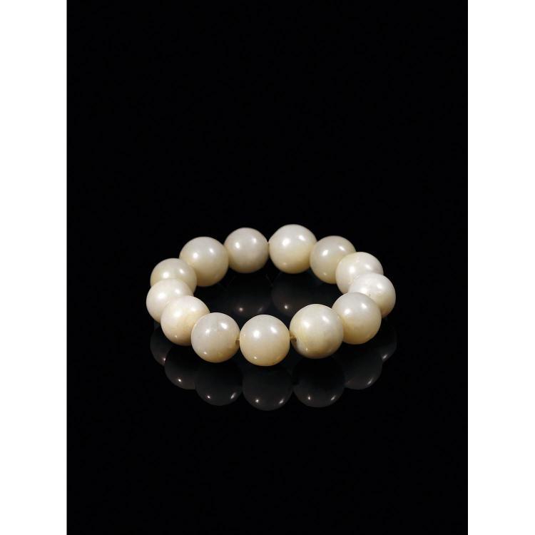 BRACELET ROSAIRE composé de treize perles de jade néphrite céladon.