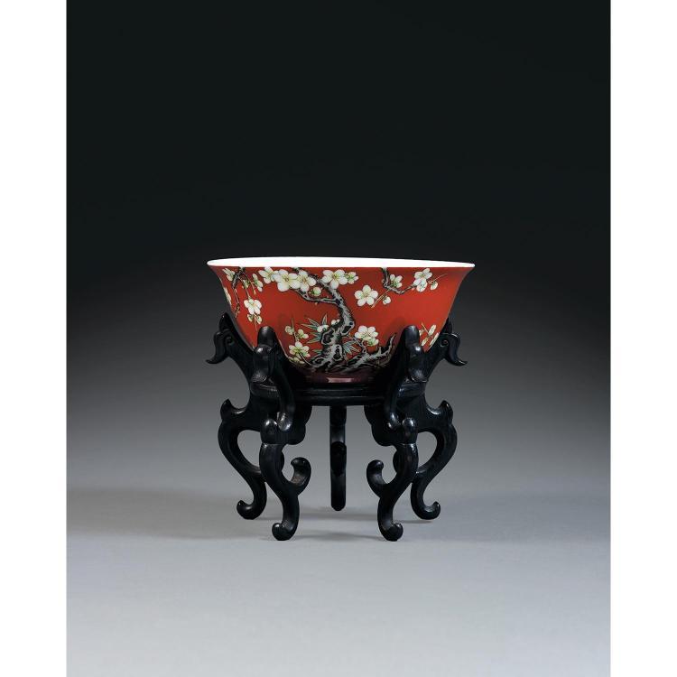 BOL CAMPANULÉ en porcelaine et émaux polychromes dans le style de la famille rose, monté sur un petit talon, la paroi arrondie évasé...