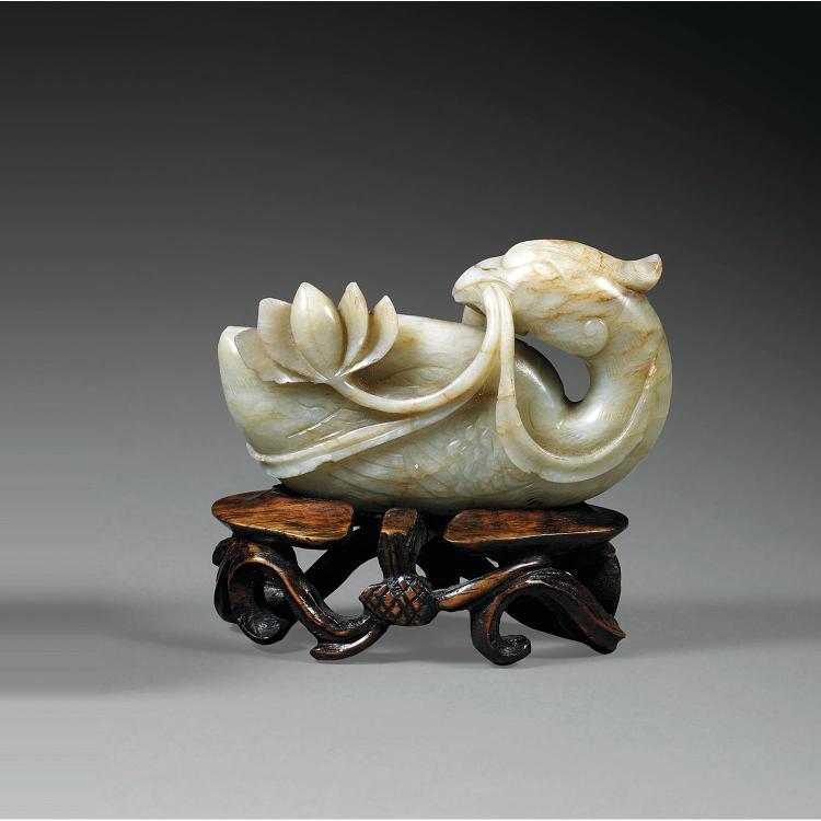 STATUETTE DE CANARD en jade néphrite beige parcouru de fines veines rouille, représenté couché, la tête vers l''arrière-train, un lot...