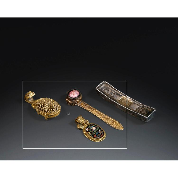 LOT DE TROIS OBJETS comprenant deux fibules en alliage de cuivre doré, toutes deux à décor d''une tête de qilong, l''une à décor d''une...