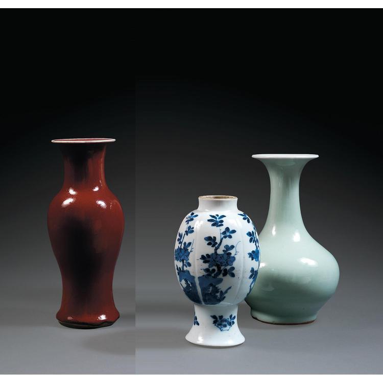 LOT DE TROIS VASES en porcelaine, comprenant un vase bouteille à glaçure céladon, un vase guanyin à glaçure sang de bœuf et un vase ...