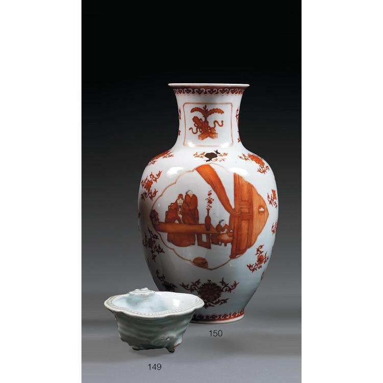 CHARMANT LAVE-PINCEAUX en porcelaine et glaçure céladon, monté sur trois petits pieds, la panse en forme de ruyi, l'intérieur émaill...