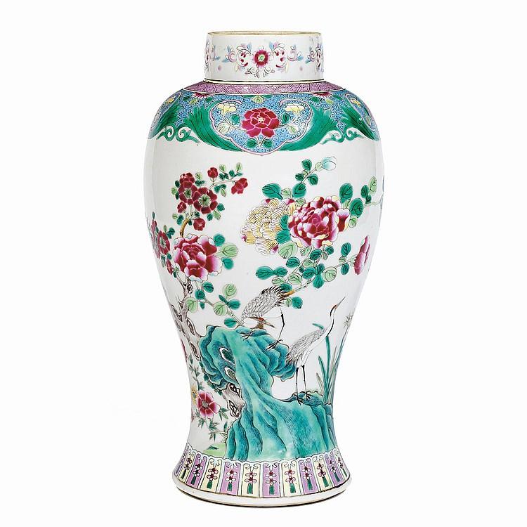 JARRE en porcelaine et émaux polychromes dans le style de la famille rose, à base cintrée, panse ovoïde, épaulement marqué et col cy...