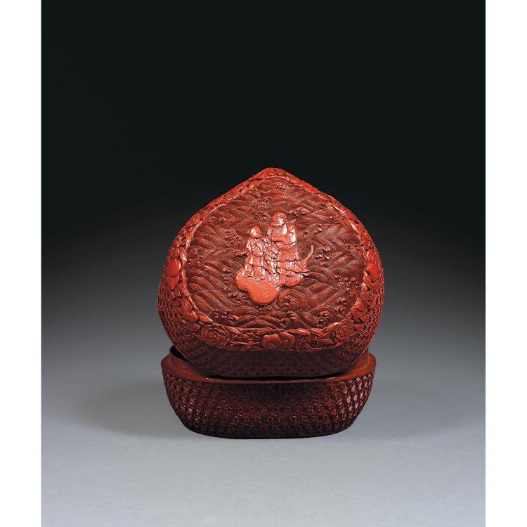 BELLE BOÎTE COUVERTE EN FORME DE PÊCHE DE LONGÉVITÉ en laque rouge sculptée, le couvercle à décor de l''immortel Li Tieguai et un jeu...