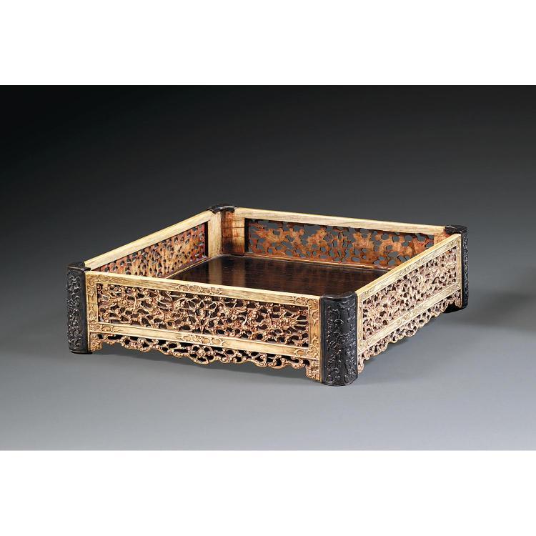 PLATEAU DE LETTRÉ en os anciennement rehaussé de pigment rouge, monté sur quatre petits pieds, le fond du plateau carré en bois natu...