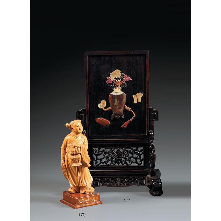 CHARMANTE STATUETTE DE JEUNE FEMME en buis, représentée en pied, un panier de pêches dans la main, le visage souriant.