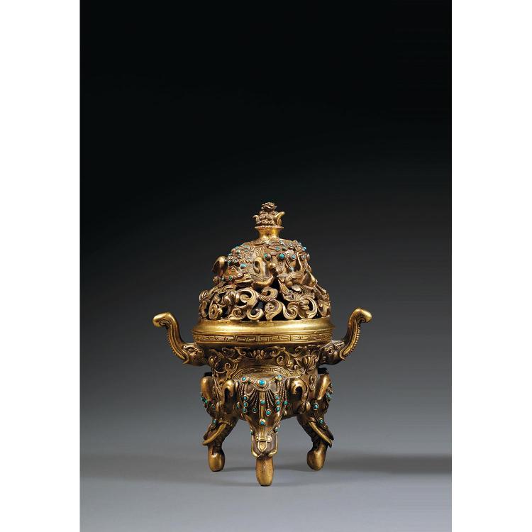 ÉLÉGANT BRÛLE-PARFUM COUVERT DE STYLE QIANLONG en bronze doré et cabochons de turquoise, des protomes d''éléphants formant les trois ...