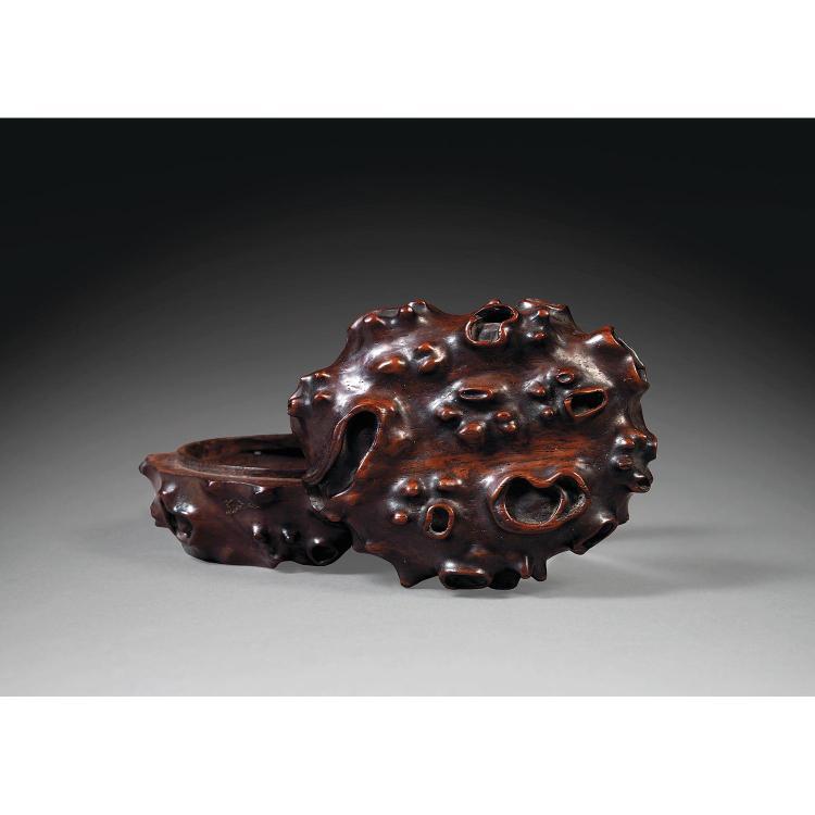RAVISSANTE BOÎTE COUVERTE en bois naturel de belle patine, de forme presque ovale, à décor sculpté en léger relief à l''imitation de ...