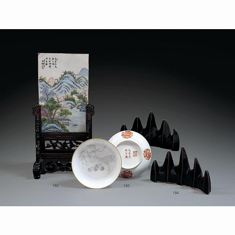 ÉCRAN DE TABLE en porcelaine et émaux polychromes dans le style de la famille rose, de forme rectangulaire, à décor d''un paysage de ...