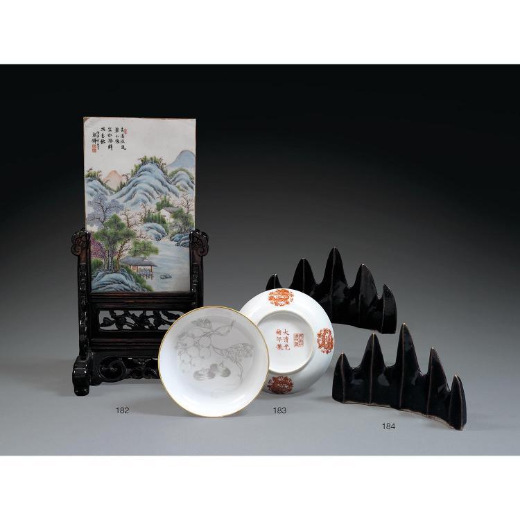 LOT DE TROIS OBJETS comprenant une paire de pose-pinceaux en biscuit de porcelaine et couverte monochrome aubergine, en forme de cha...