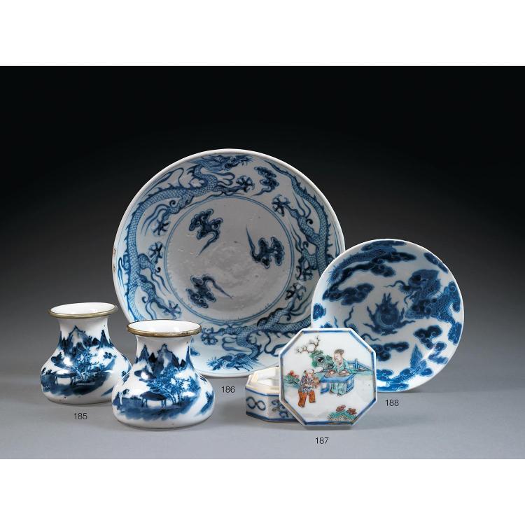 PLAT en porcelaine et bleu de cobalt sous couverte, monté sur un petit talon, la paroi arrondie, à décor, sur les parois intérieure ...