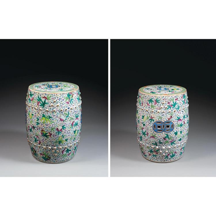 PAIRE DE TABOURETS DE JARDIN EN FORME DE TAMBOUR en porcelaine, émaux polychromes dans le style de la famille rose et dorure, à pans...