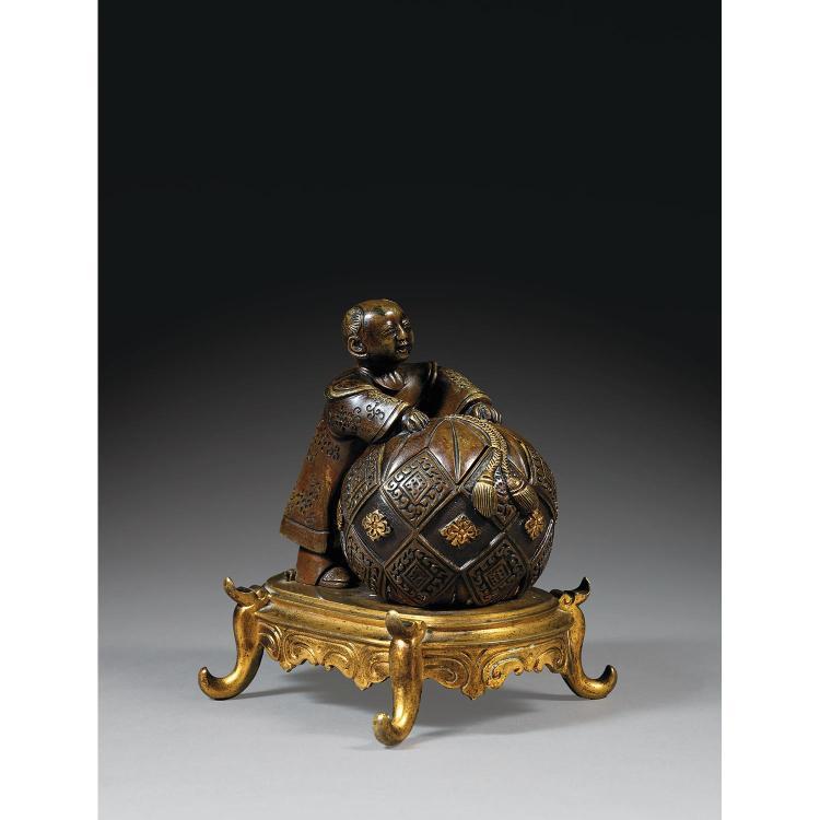 ENCRIER COUVERT À MONTURE EUROPÉENNE JAPONISANTE EN BRONZE DORÉ formé d''un karako, en bronze de patine sombre et rehauts d''or, pouss...