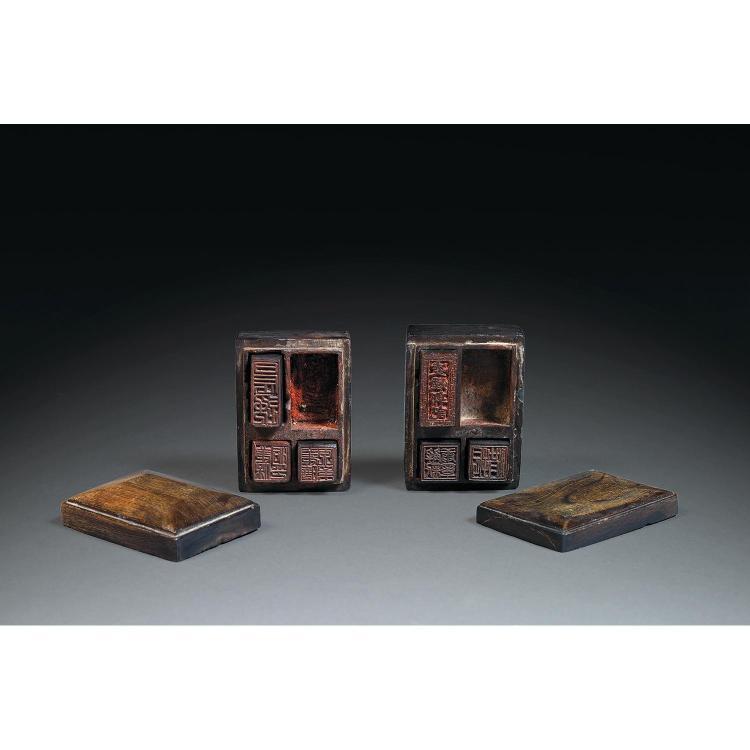 SUITE DE DEUX BOÎTES COMPORTANT SIX PETITS CACHETS les deux boîtes en corne de buffle, montées sur quatre petits pieds, le couvercle...