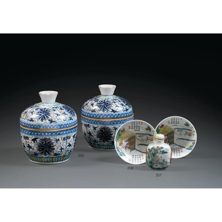SUITE DE DEUX PETITES COUPES en porcelaine et émaux polychromes dans le style de la famille rose, montés sur un petit talon, la p...