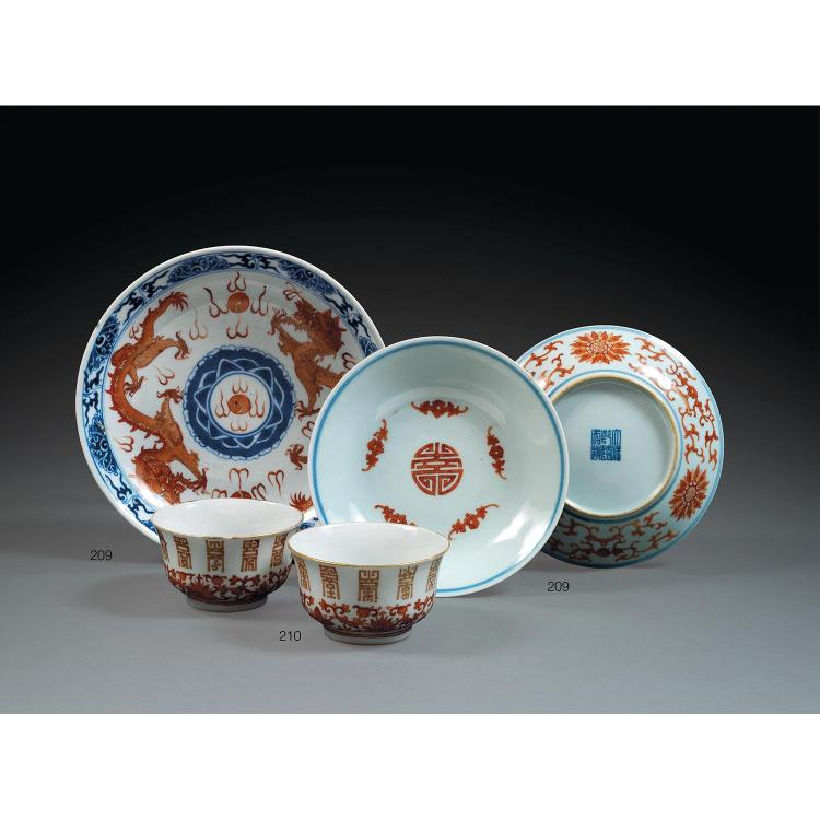SUITE DE TROIS PLATS en porcelaine, bleu de cobalt et rouge de fer sur couverte, montés sur un petit talon, la paroi évasée, compren...