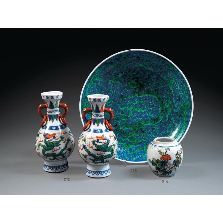 PLAT en porcelaine, bleu de cobalt sous couverte et émail vert, monté sur un petit talon, les contour circulaire et paroi arrondie, ...