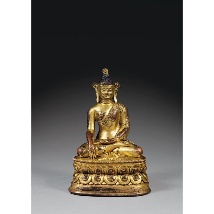 STATUETTE DE BOUDDHA SHAKYAMUNI en alliage de cuivre doré, assis en dhyanasana sur une base lotiforme, la main droite en bhumisparsa...