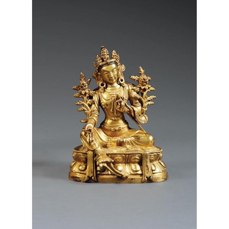 STATUETTE DE TARA en alliage de cuivre doré, assise en lalitasana sur un socle lotiforme, parée de joyaux et coiffée d''une tiare à c...