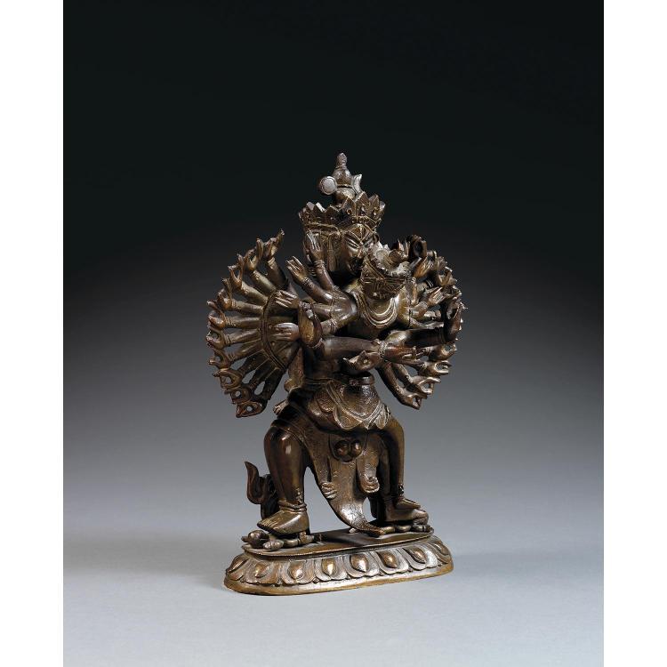STATUETTE DE CHAKRASAMVARA en bronze de patine sombre, représenté debout en compagnie de sa parède en yab-yum sur un socle lotiforme...