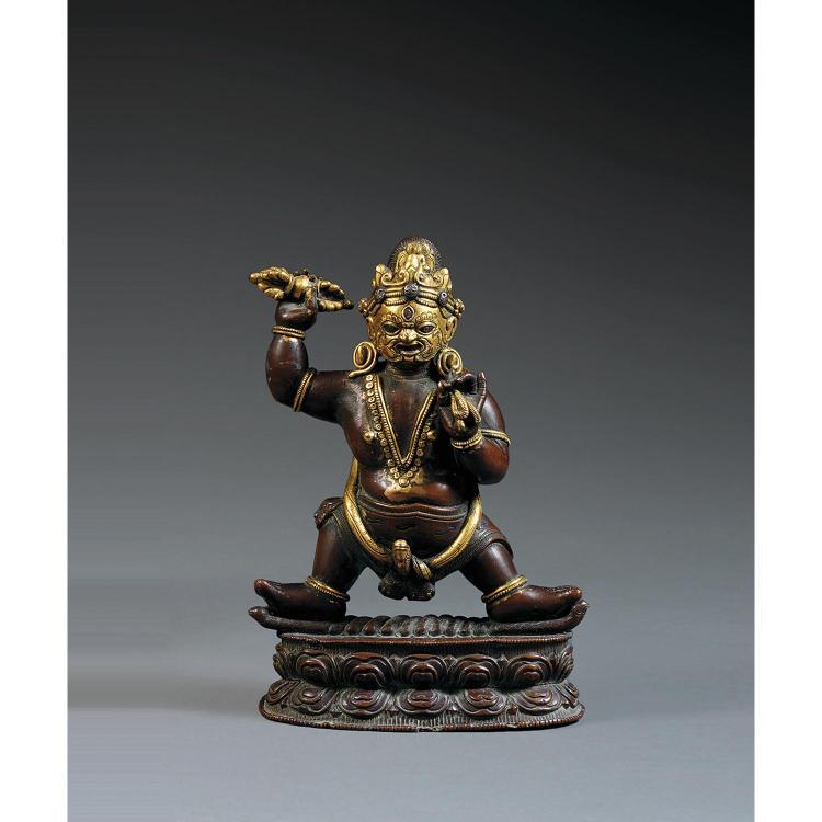 STATUETTE REPRÉSENTANT L''UN DES ASPECTS DE MAHAKALA en alliage de cuivre partiellement doré, en pratyalidha sur un socle lotiforme, ...