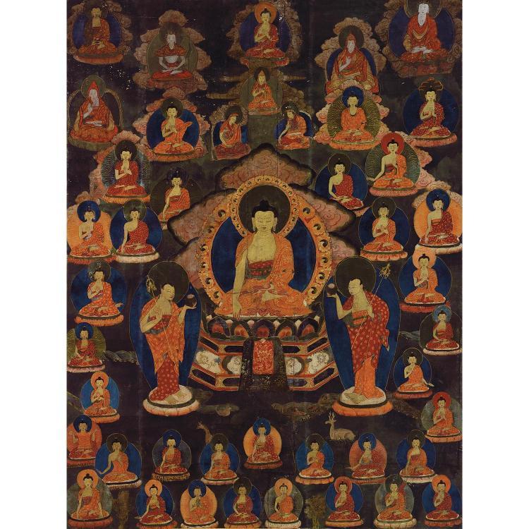 BEAU ET GRAND THANGKA à l''encre et polychromie sur toile, de forme rectangulaire, représentant, au centre, le Bouddha Shakyamuni ass...