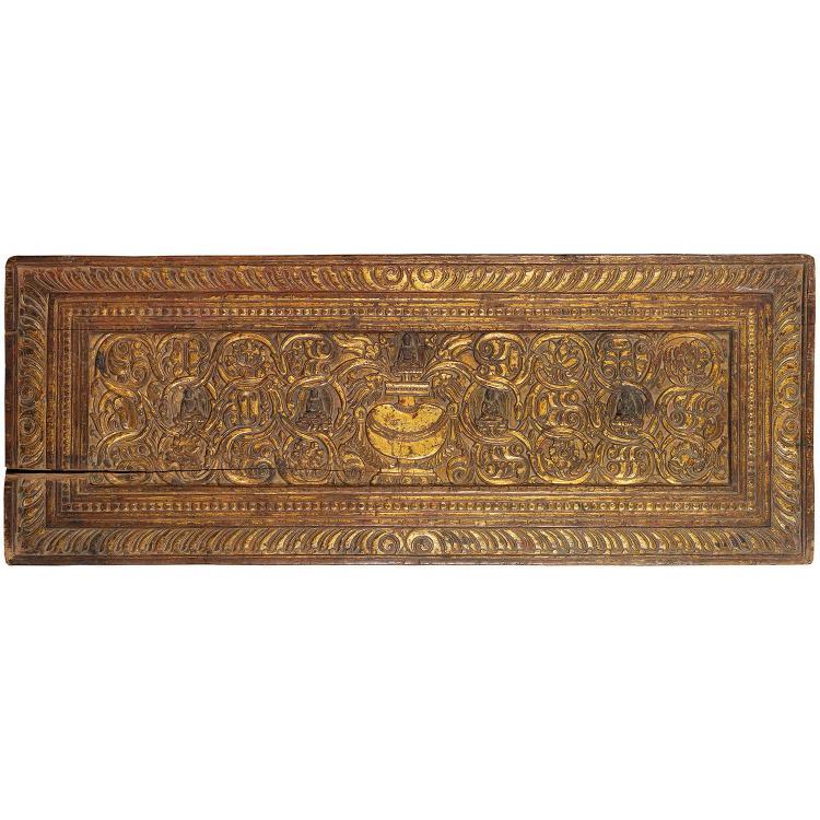 PANNEAU FORMANT COUVERTURE DE LIVRE en bois laqué et doré, de forme rectangulaire, à décor sculpté en léger relief d''un vase surmont...
