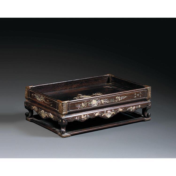 PLATEAU DE LETTRÉ en bois incrusté de nacre, reposant sur quatre petits pieds cambrés réunis par un entrejambe, le plateau rectangul...