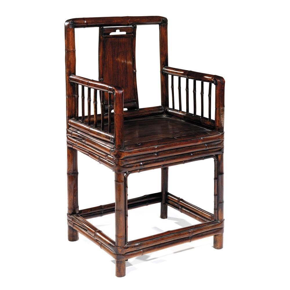 FAUTEUIL À DOSSIER CARRÉ en bambou de patine rousse contrastée, monté sur quatre pieds réunis par une barre d''entrejambe, à assise c...