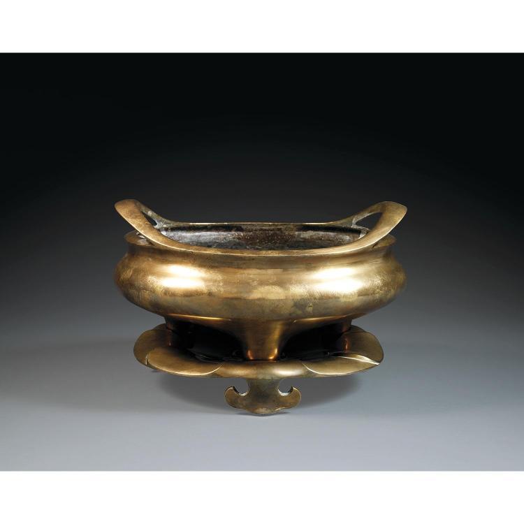 GRAND BRÛLE-PARFUM TRIPODE DING SUR SON SOCLE en bronze, monté sur trois petits pieds, à panse sphérique méplate et anses profilées ...