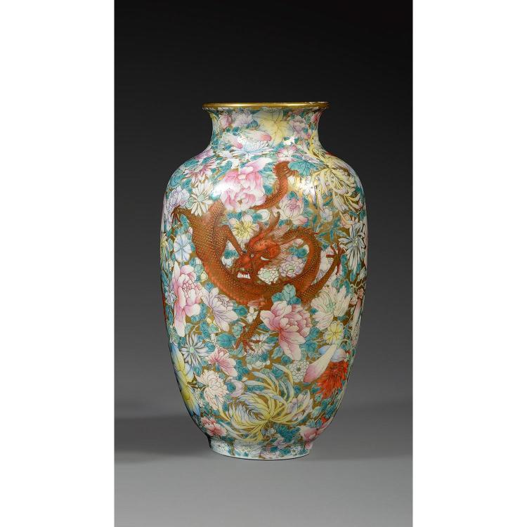 VASE LANTERNE en porcelaine, émaux polychromes dans le style de la famille rose et dorure, monté sur un petit pied, à panse ovoïde, ...