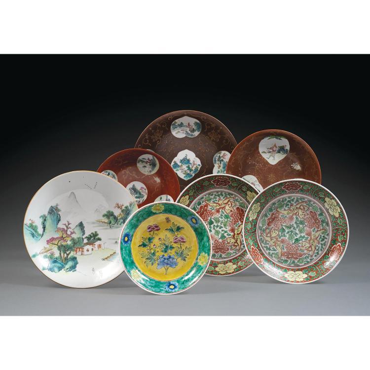 LOT DE SEPT PLATS en porcelaine, comprenant une paire de plats de style Ming, montés sur un petit talon, la paroi arrondie, à décor ...