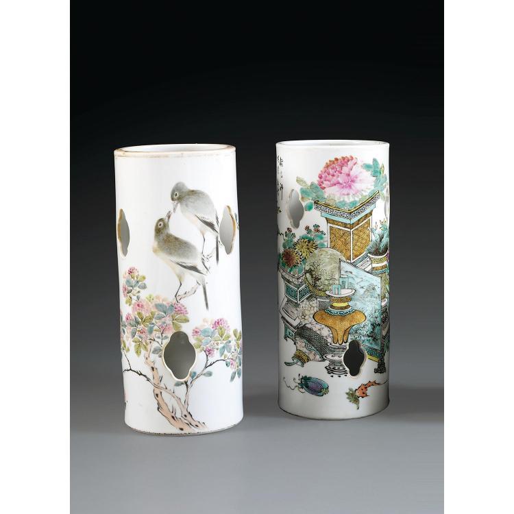 SUITE DE DEUX PORTE-COIFFES en porcelaine et émaux polychromes dans le style de famille rose, de forme cylindrique, la panse ajourée...