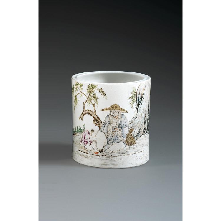 POT À PINCEAUX BITONG en porcelaine, émaux polychromes dans le style de la famille rose et rehauts de dorure, de forme cylindrique, ...