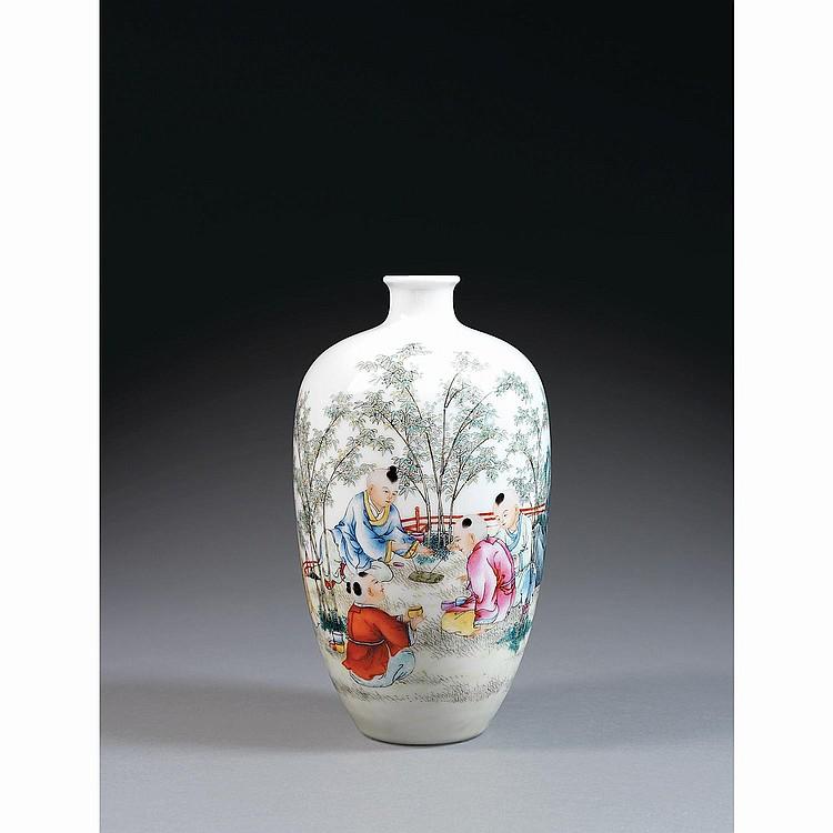 VASE RADIS en porcelaine et émaux polychromes dans le style de la famille rose, à base étroite et panse fuselée se poursuivant en co...