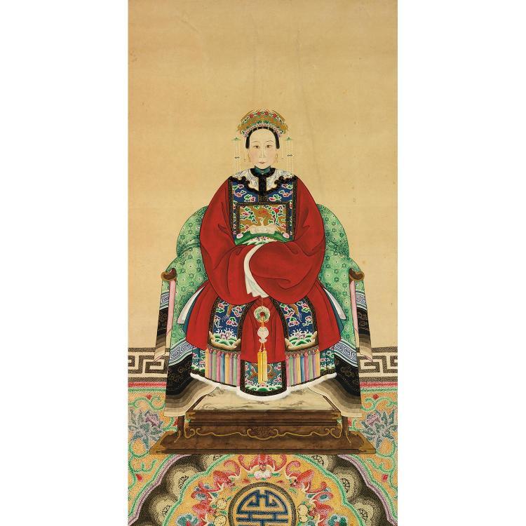 PORTAIT D''ANCÊTRE EN ROULEAU à l''encre, polychromie et rehauts de dorure sur papier, représentant la femme d''un mandarin assise sur ...
