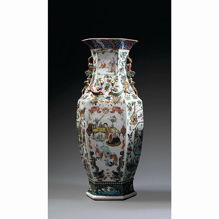 GRAND VASE HEXAGONAL en porcelaine, émaux polychromes dans le style de la famille rose et dorure, monté sur un haut pied, à panse fu...