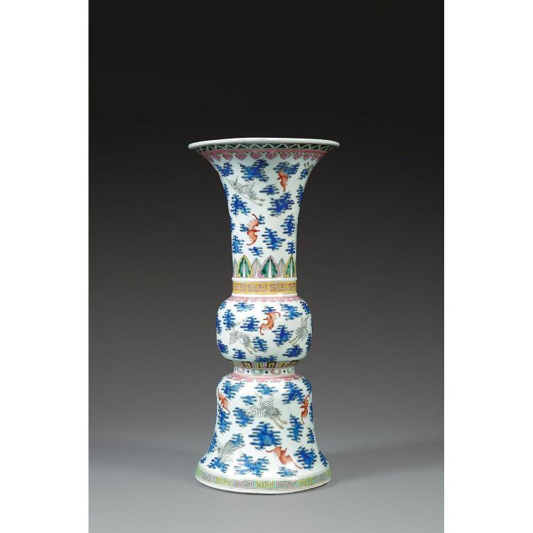VASE GU en porcelaine et émaux polychromes dans le style de la famille rose, monté sur un haut pied, à panse intermédiaire sphérique...
