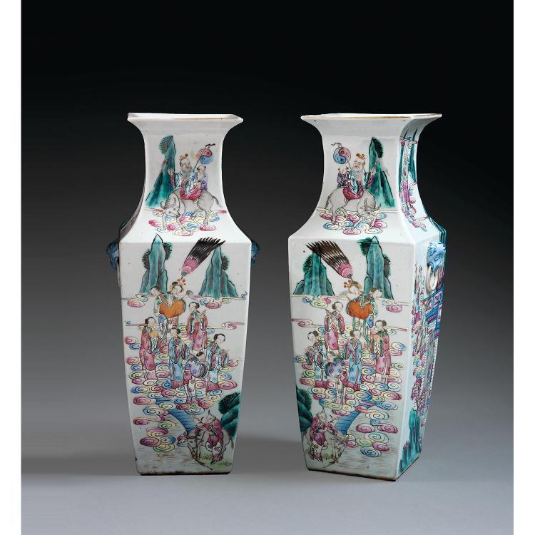 PAIRE DE VASES MAILLETS QUADRILATÉRAUX en porcelaine, émaux polychromes dans le style de la famille rose et dorure, de section carré...