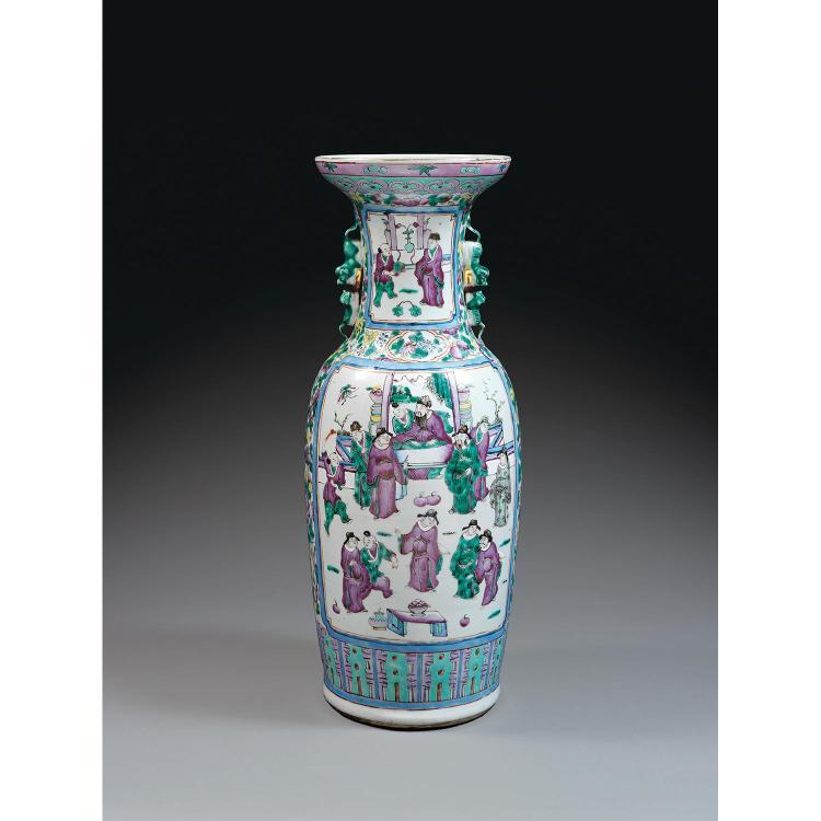 GRAND VASE GUANYIN en porcelaine, émaux polychromes dans le style de la famille rose et dorure, à panse fuselée, haute épaule légère...