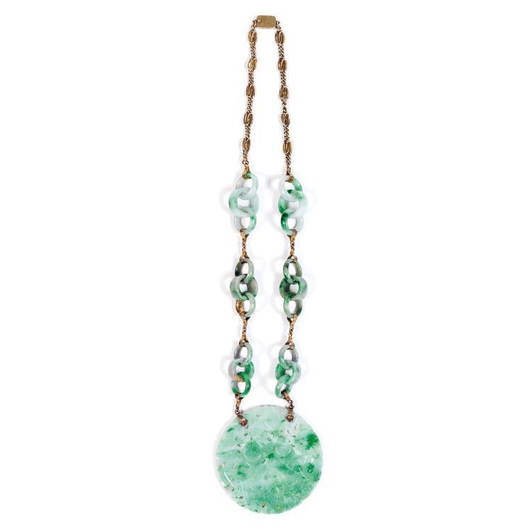 COLLIER en jadéite céladon infusé de vert pomme et de vert sombre et argent doré, à médaillon circulaire gravé et ajouré de deux enf...
