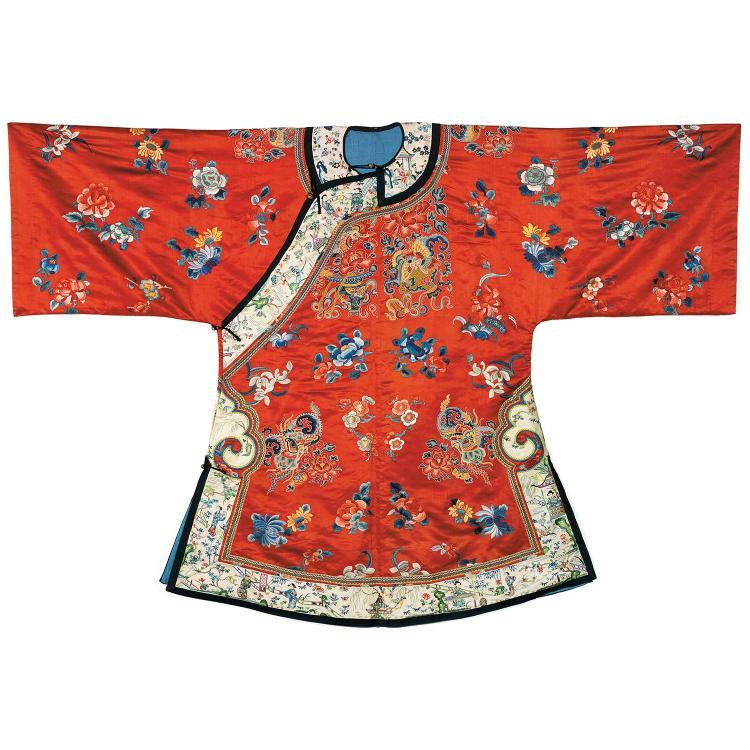 BELLE VESTE INFORMELLE en satin de soie brodé, aux fils polychromes sur fond rouge, de vases emplis de pivoines, papillons et orchid...